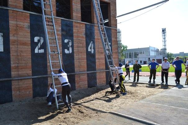 Подъем по выдвижной трехколенной лестнице