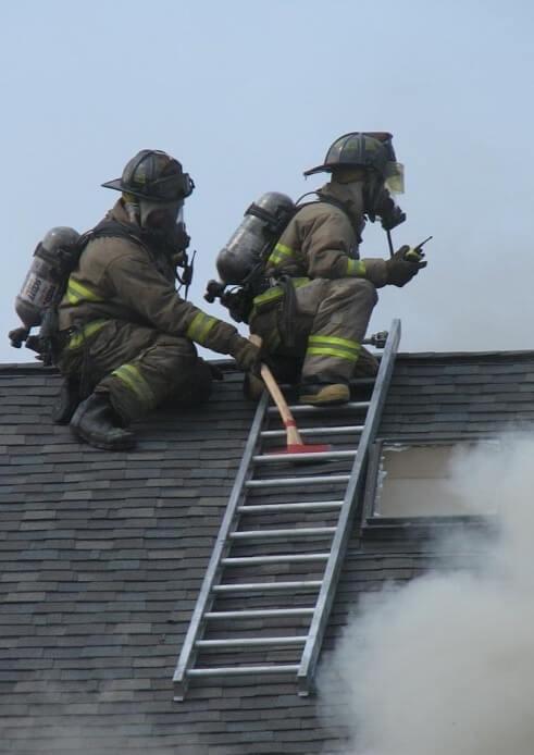Фиксация пожарной лестницы на крыше дома