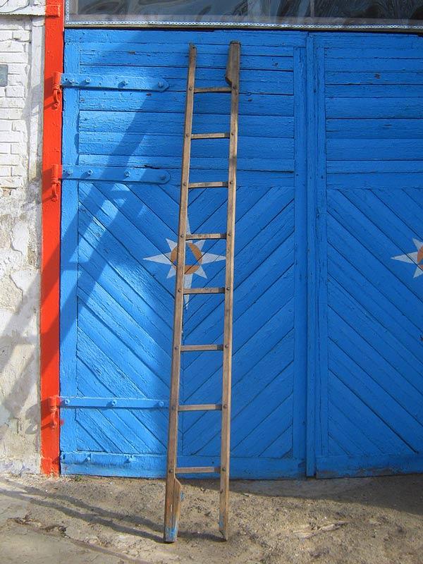 Деревянная лестница-палка в рабочем положении