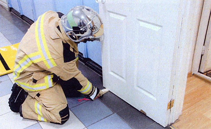 Фото 1 Фиксация двери в открытом состоянии деревянным клином