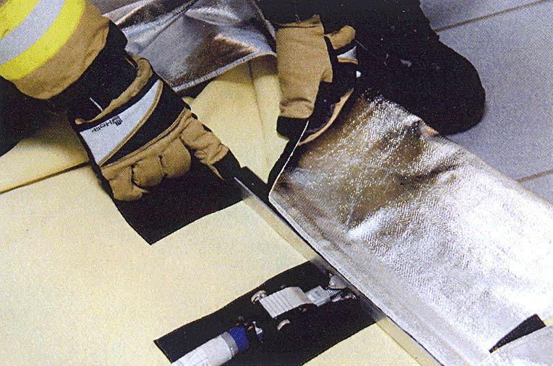 Фото 14 Закрепить новое противодымное полотно экрана на ворсовых молниях