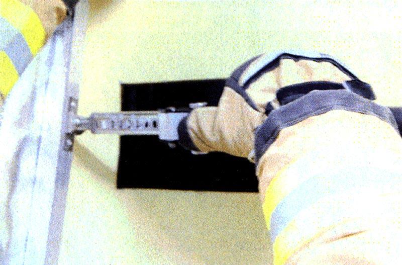 Фото 9 Нажимая на стопор узла фиксации сдвинуть подвижную стойку рамки вправо