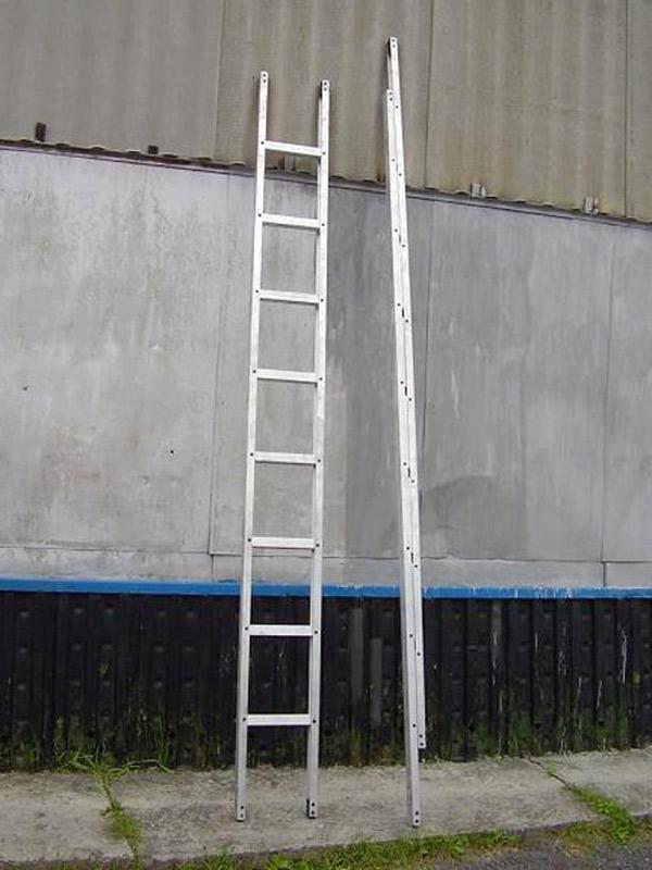 Металлическая лестница-палка в рабочем и сложенном (транспортном) положениях