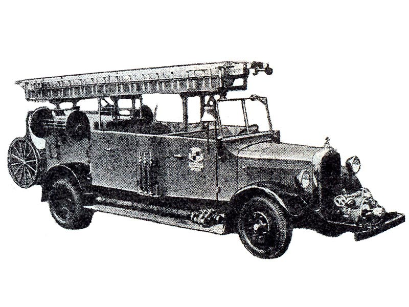 Пожарный автомобиль на котором насос располагают на специальном подрамнике перед радиатором