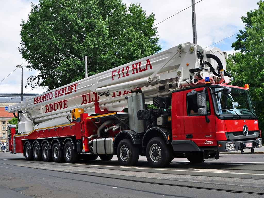 Пожарный подъемник Bronto Skylift типа F 112 HLA, установленный на автошасси, с рабочей высотой 112 метров.