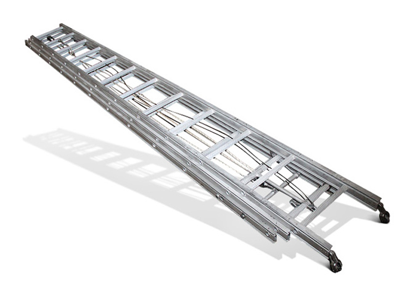 Трехколенная выдвижная лестница в сложенном (транспортном) положении