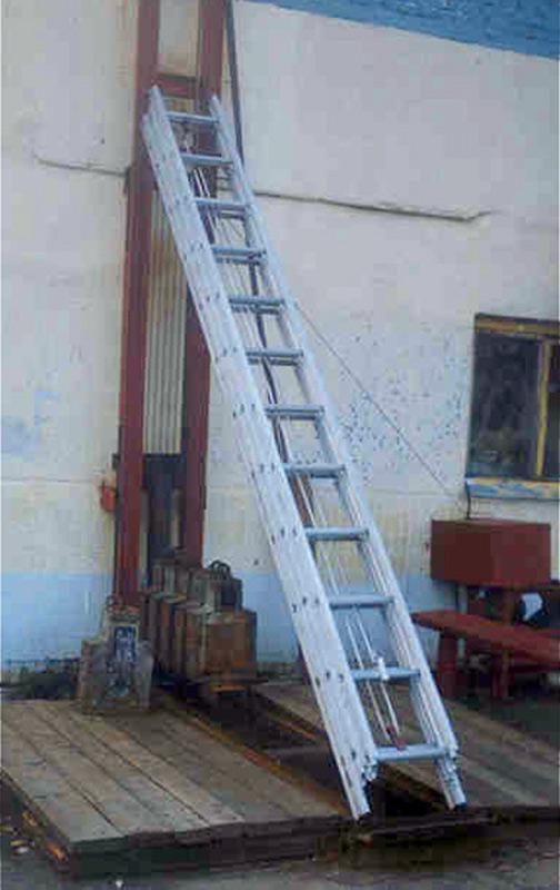 Трехколенная выдвижная лестница