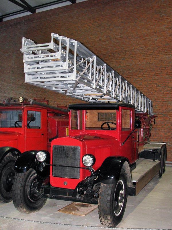 Выдвижная пожарная автолестница Metz KL-30 на шасси ЗиС-6 (музей в Балашихе)