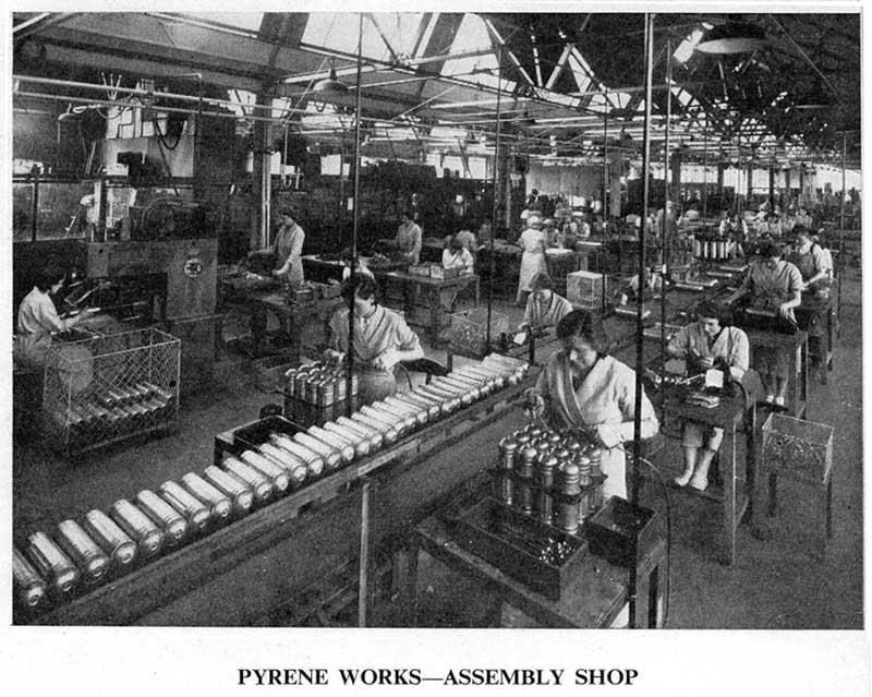 Сборочная линия завода Pyrene (1948 год)