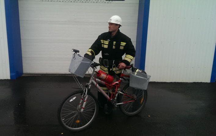 Дозорный перед маршрутом с пожарным велосипедом