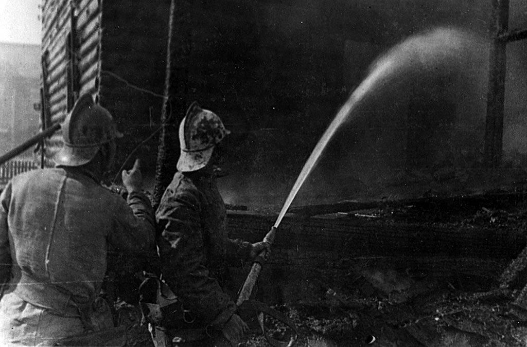 Тушение пожара пожарной командой в годы Великой Отечественной войны