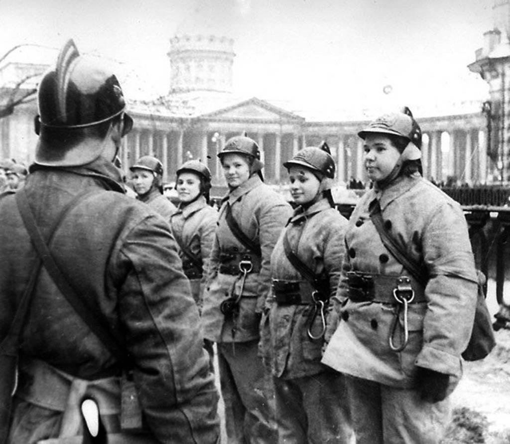 Женщины-бойцы пожарных команд Ленинграда