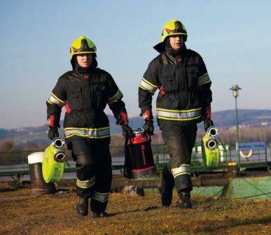 пожарные несут насос