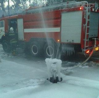 Замерзшая пожарная колонка
