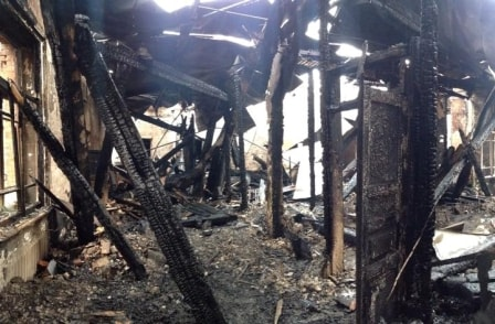 Внутри сгоревшего деревянного дома