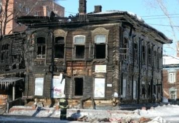 Сгоревший деревянный дом