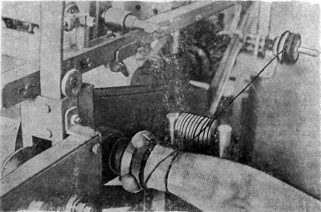 Наложение первого витка проволоки при навязке перед включением электродвигателя и созданием натяжения проволоки