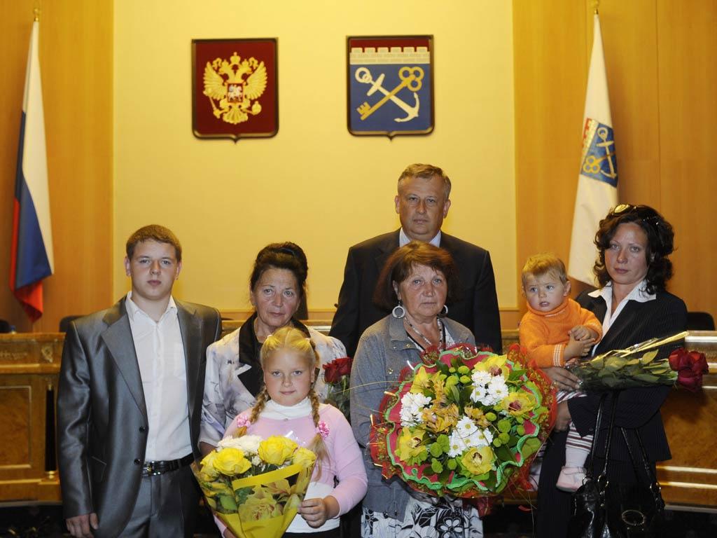 Вручение награды вдове Евгении Тихомировой