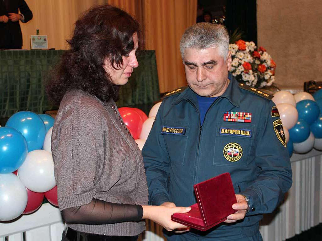 Вручение вдове Евгении Тихомировой Ордена Мужества