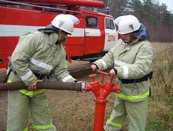 Установка пожарного автомобиля на гидрант добровольными пожарными
