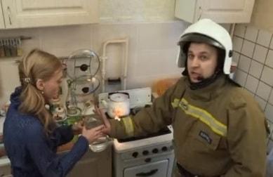 Нельзя тушить масло водой на кухне