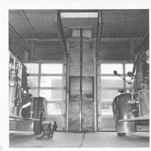 Нижний этаж пожарной части с пожарным шестом