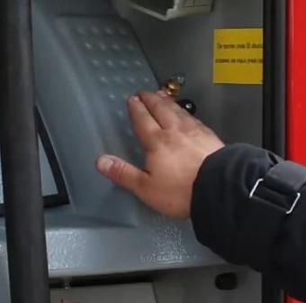 Открыть кран и нажать кнопку продувки