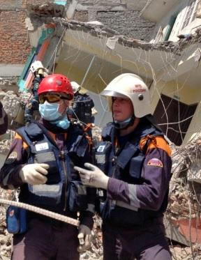 Спасатели при землетресении