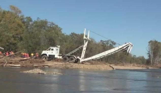 МЧС возводит механизированный мост для восстановления автосообщения с поселком в Приморье