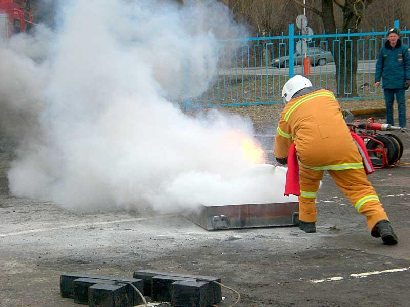 Тушение противня порошковым огнетушителем