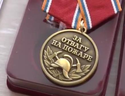 Молодой шарыповец спас изпожара детей ибыл награжден медалью