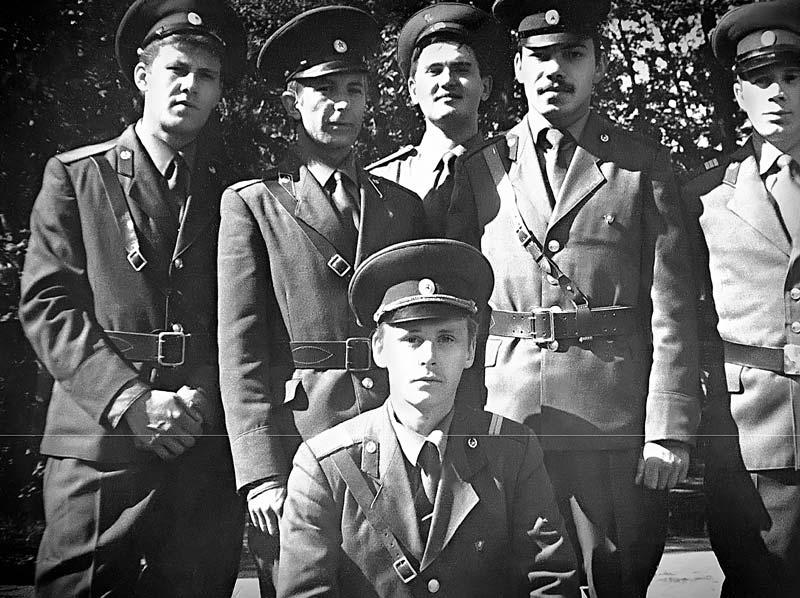 Анатолий Смирнов (внизу) и сотрудники ВПО-4