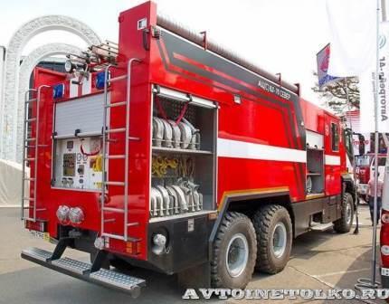 Пожарная автоцистерна оборудована лестницами и подножками