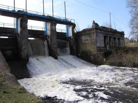 сброс воды через плотину