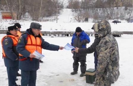 Спасатели проводят беседы с рыбаками
