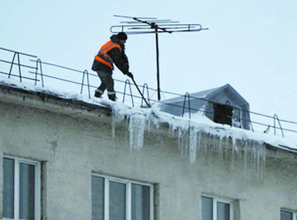 Уборка снега и наледи с крыши дома