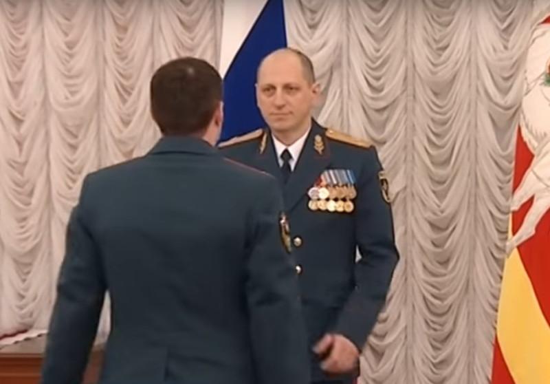 Награждение сотрудника МЧС России