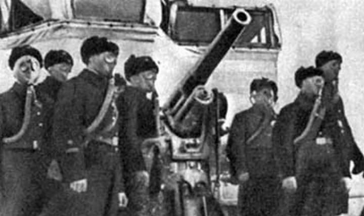 Советские войска в противогазах