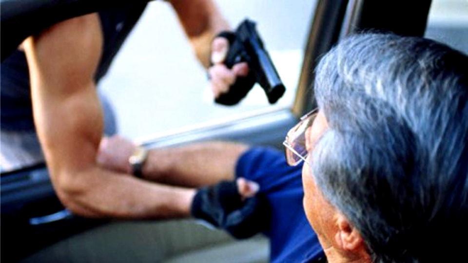 Нападение грабителя в машине