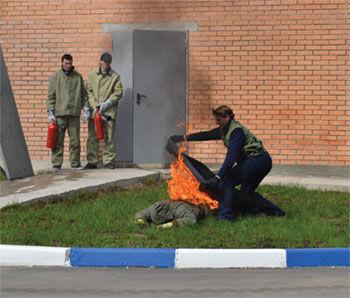 Тушение противопожарным полотном человека