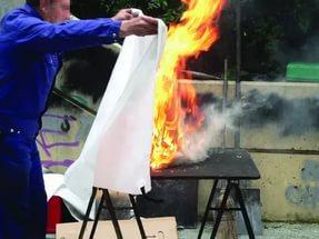 Тушение возгорания противопожарным полотном