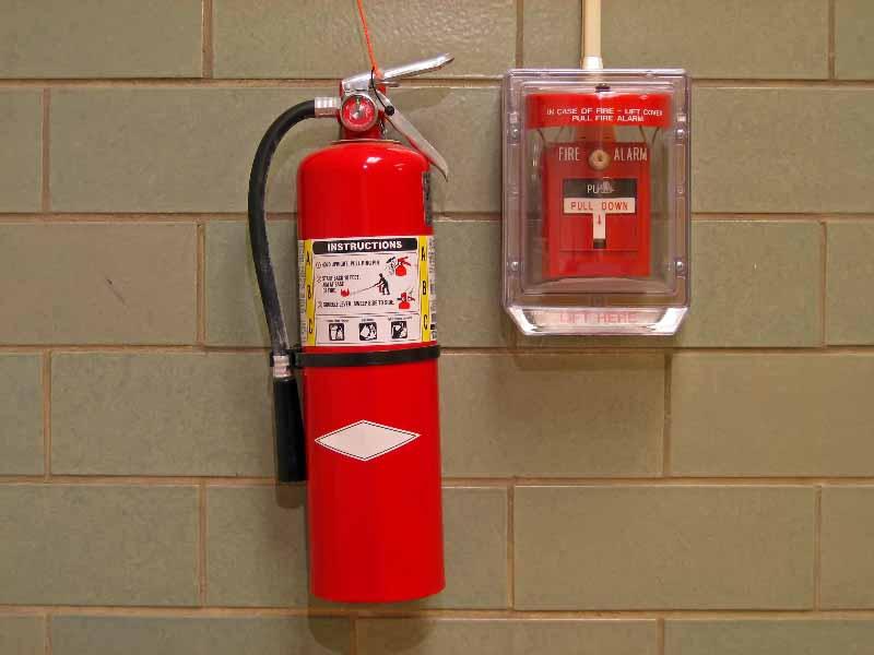 Огнетушитель и кнопка пожарной сигнализации