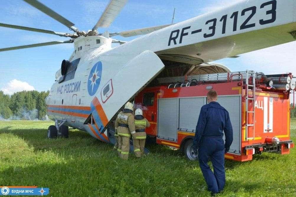 Погрузка пожарной машины в вертолет