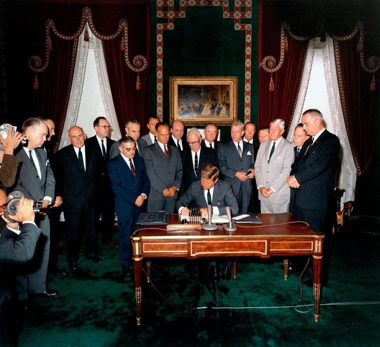 Подписание Договора о запрещении испытаний ядерного оружия