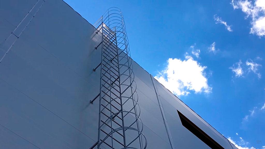 Ввертикальная пожарная лестница с ограждением типа П1-2