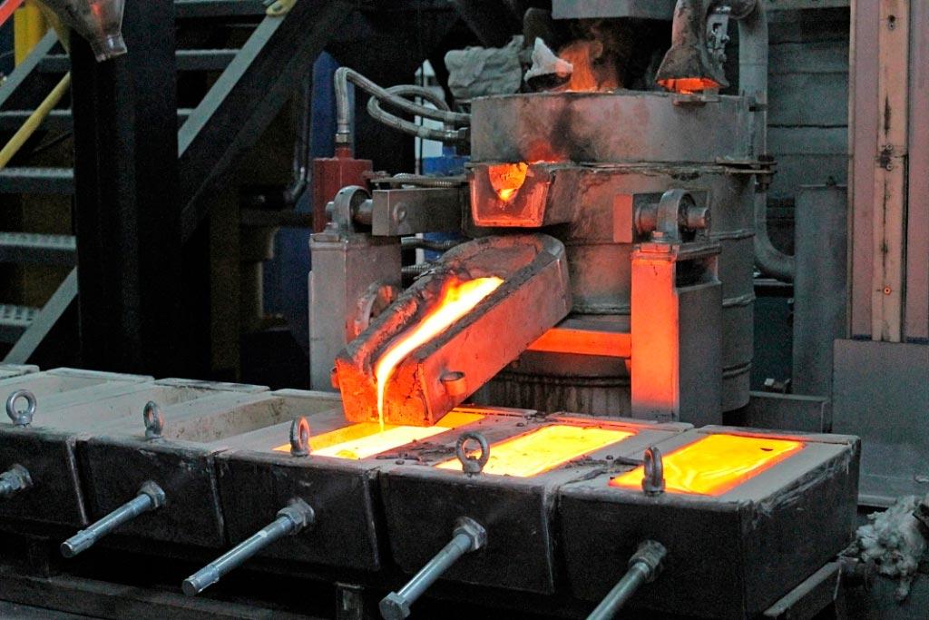 Розлив металла в огнеупорные ванны
