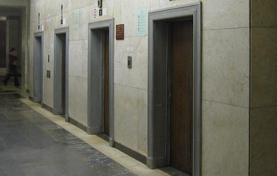 Пассажирский лифт внутри здания