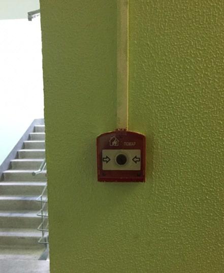 Ручной пожарный извещатель у пожарного крана