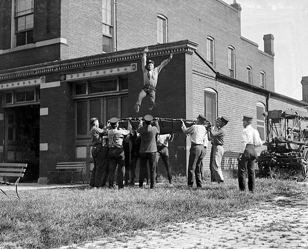 Тренировки пожарных с использованием спасательной сети (США, Вашингтон, 1920 год)