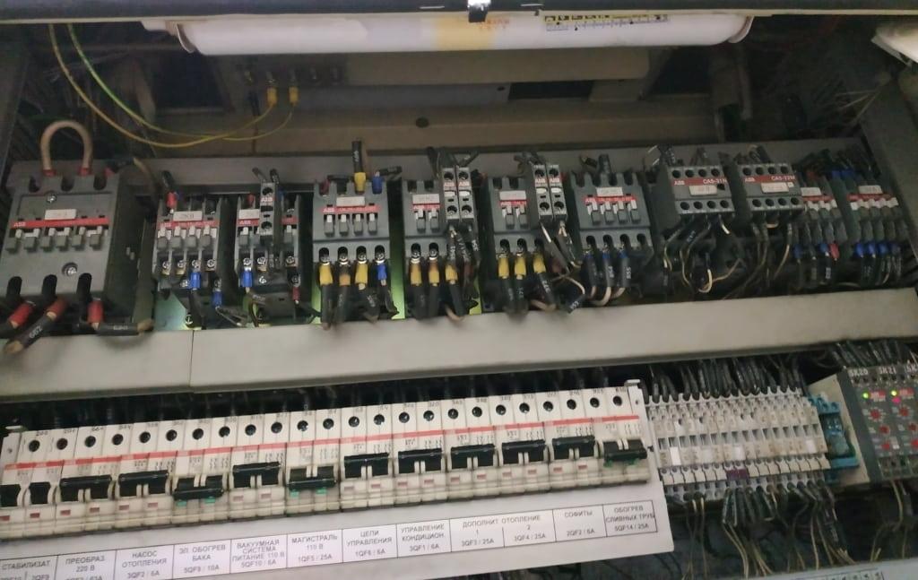 Огнетушитель ОСП в шкафу электрооборудования